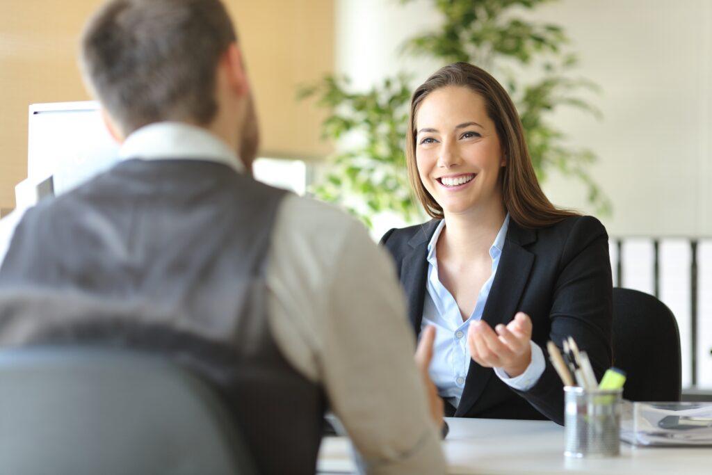 Eine Führungskraft im jahresgespräch einem Mitarbeiter