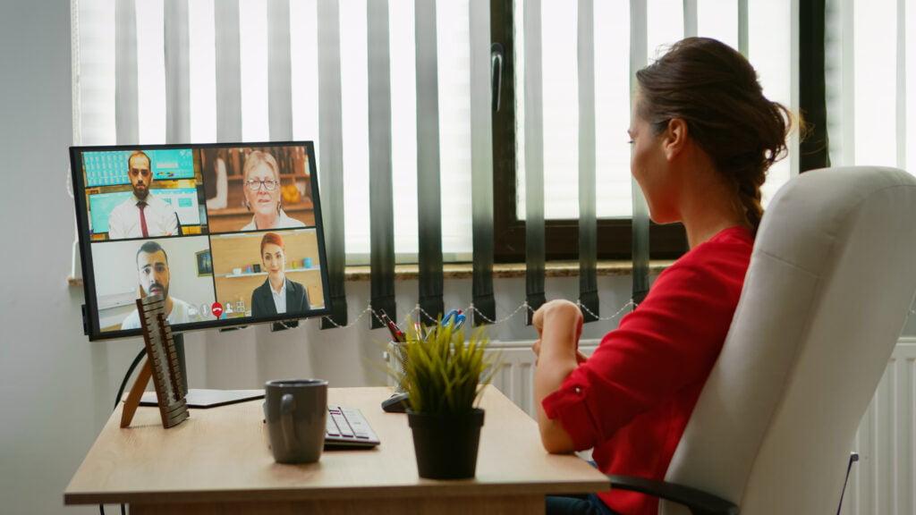 Managerin in Online Führungstraining Führen auf Distanz